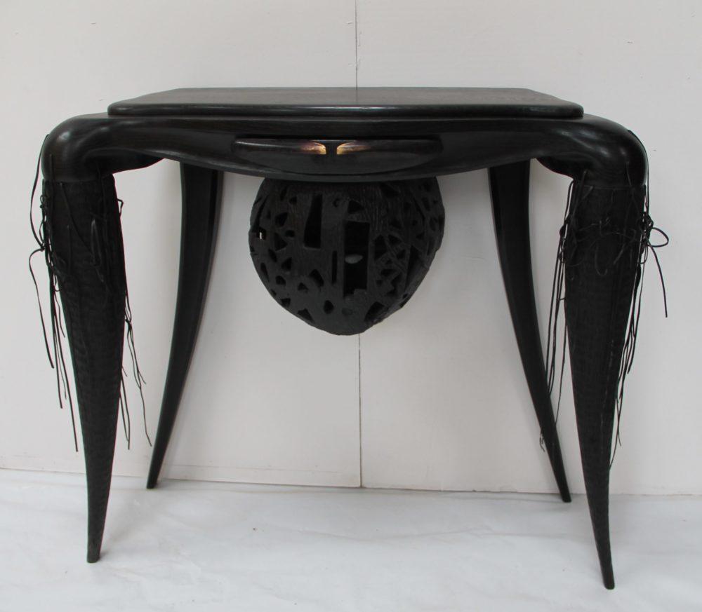 Veuve noire Chêne sculpté teinté 120 x 107 x 45 cm